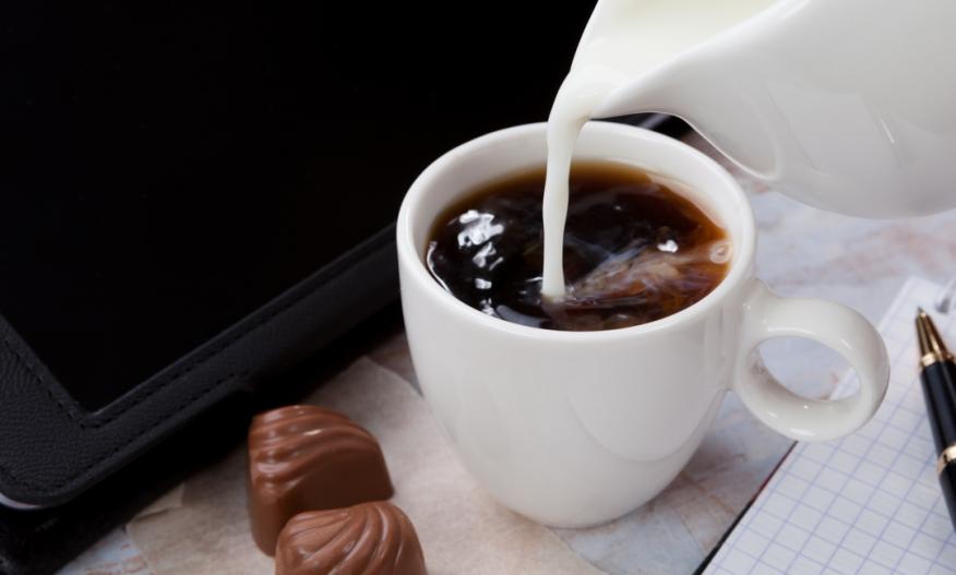 Melk som helles i kaffe