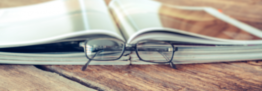 briller foran en oppslått katalog