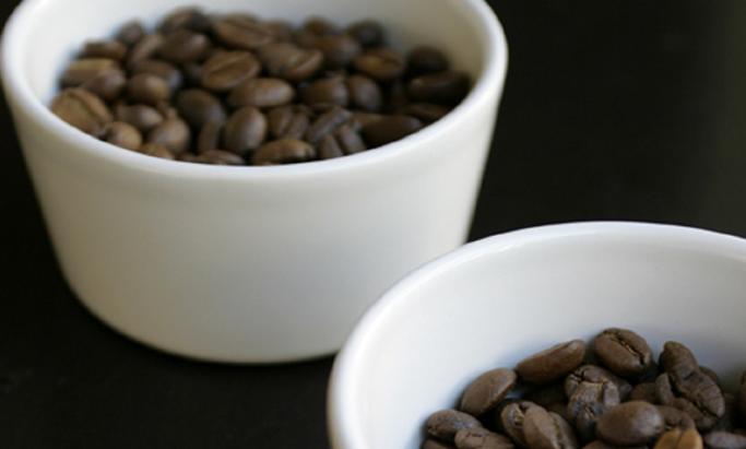 To kopper med kaffebønner