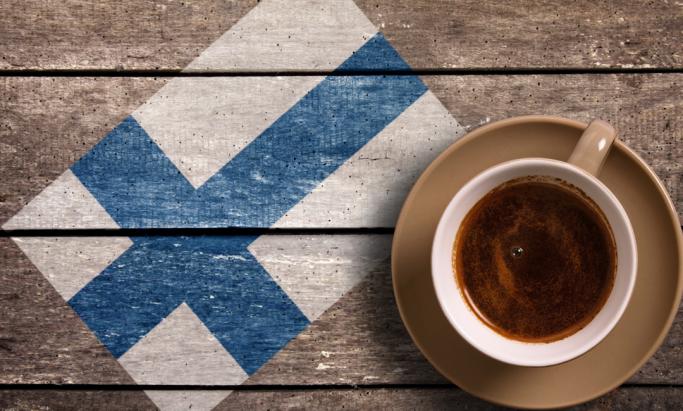 En kopp kaffe og finsk flagg