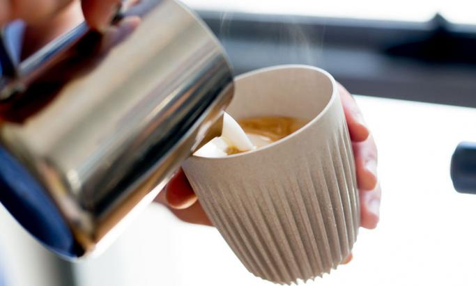Varm drikke skjenkes i Huskee Cup
