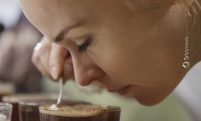 Line Verndal lukter på en kopp kaffe
