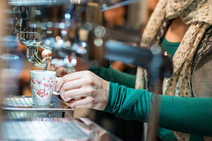 Person brygger kaffekopp