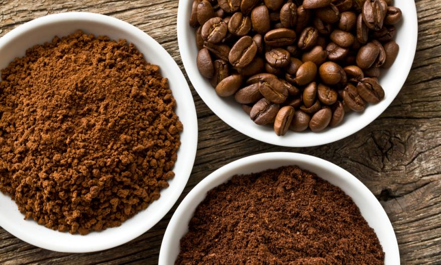 Kvernet kaffe og kaffebønner