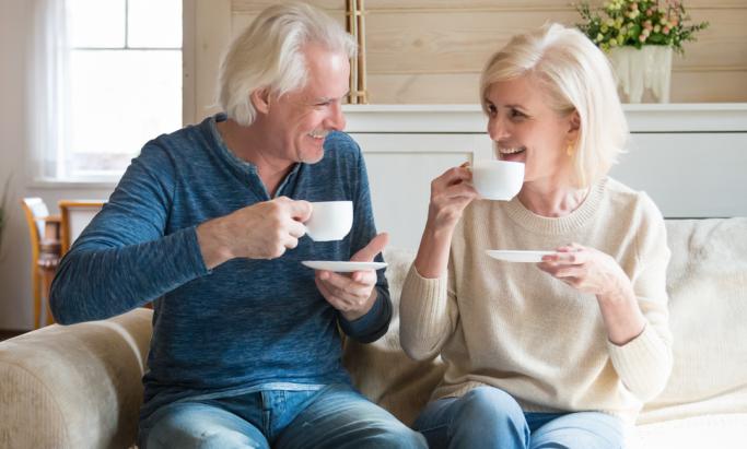 Et middelaldrende par drikker kaffe