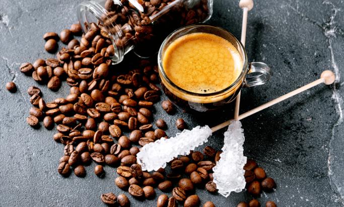 Kaffekopp, kaffebønner og sukker
