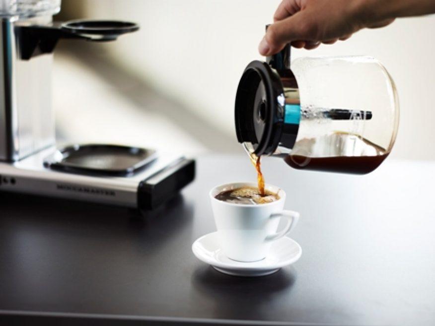 Kaffekanne skjenker kaffe