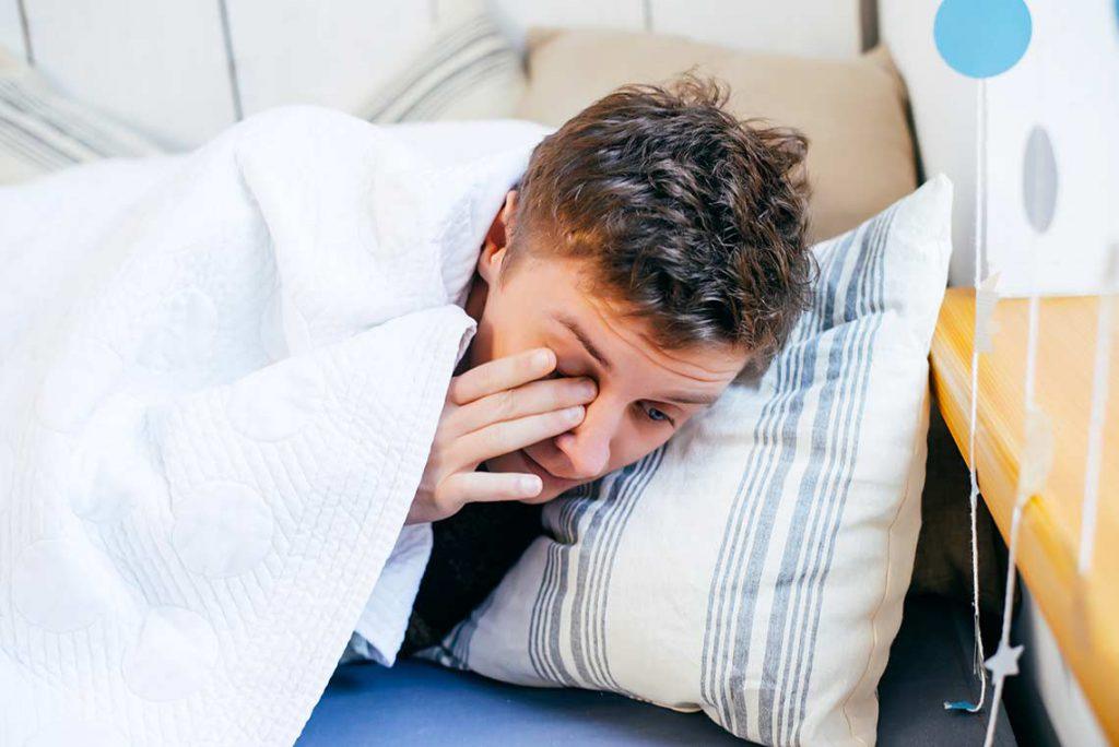 Trøtt mann, søvnløs, opplagt med koffein