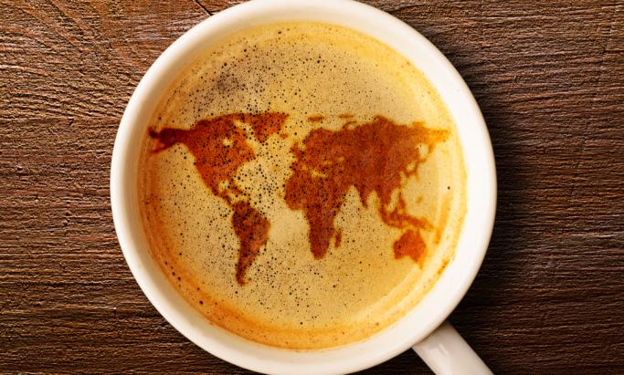 Omriss av verdenskart i kaffeskum