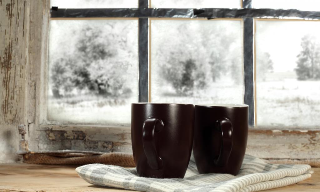 To kaffekrus i vinduskarm