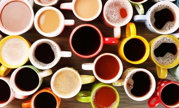 Et bord dekket av kopper med kaffedrikker