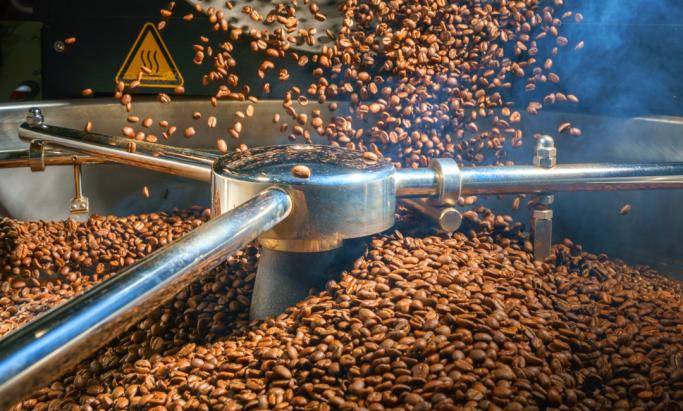 Kaffebønner brennes i stor maskin