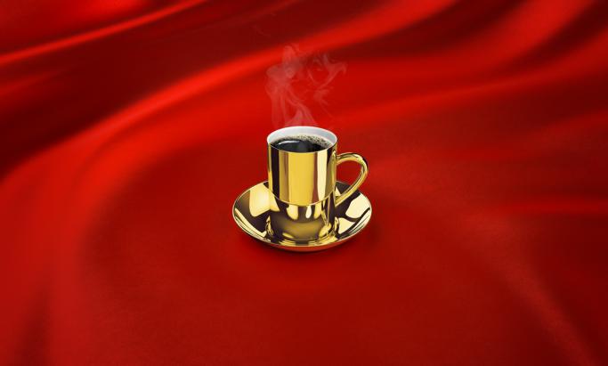 Evergood kaffekopp i gull på rød silke