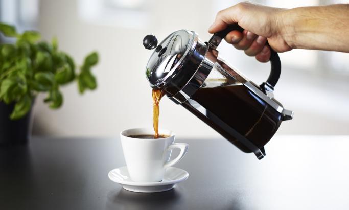 kaffe skjenkes fra presskanne