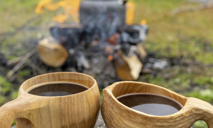 2 trekopper med kaffe