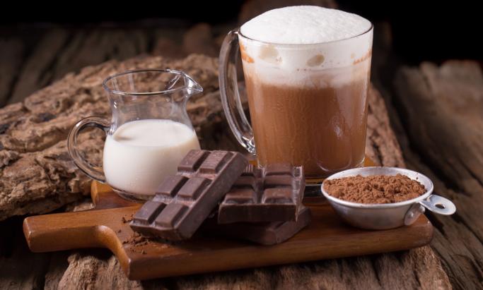 Kakao, melk, sjokolade og sjokoladedrikk på et trebrett